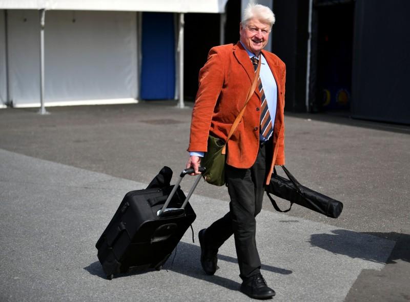 英國政府建議國民避免出國,但首相強森的爸爸仍執意飛到希臘。(路透)