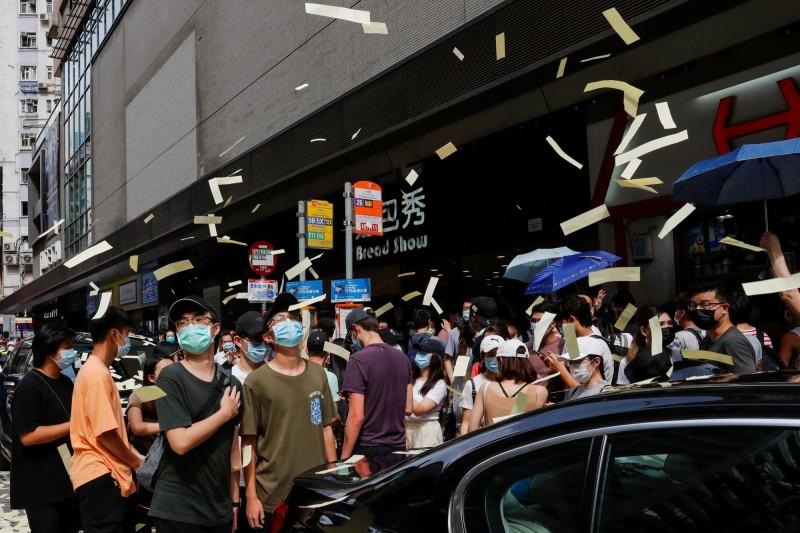 中國通過了極具爭議性的港版國安法,昨日便有港人示威遭到逮捕。(路透)