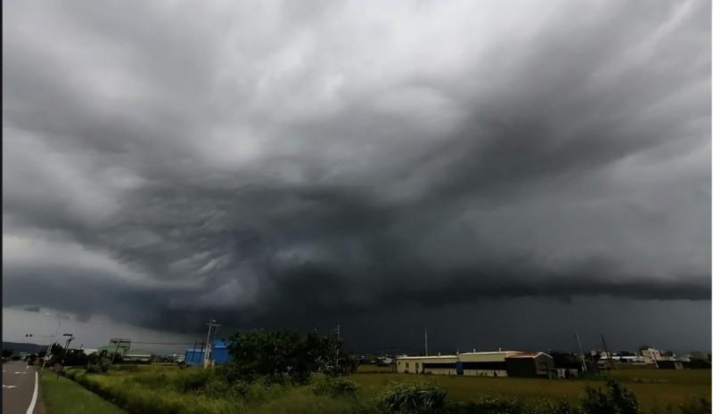原PO貼出大雨轟炸前,烏雲滿布的天空。(圖擷自爆廢公社公開版)