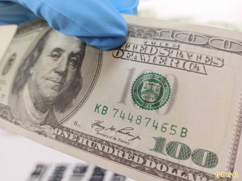 「T」換成「D」,30萬美鈔變假鈔。(記者黃佳琳攝)