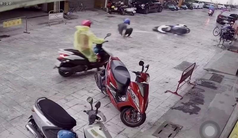 草屯鎮和興街形象商圈的路面是壓花地坪路面,下雨就濕滑,不少機車騎士在此摔車受傷。(擷自商家監視畫面)