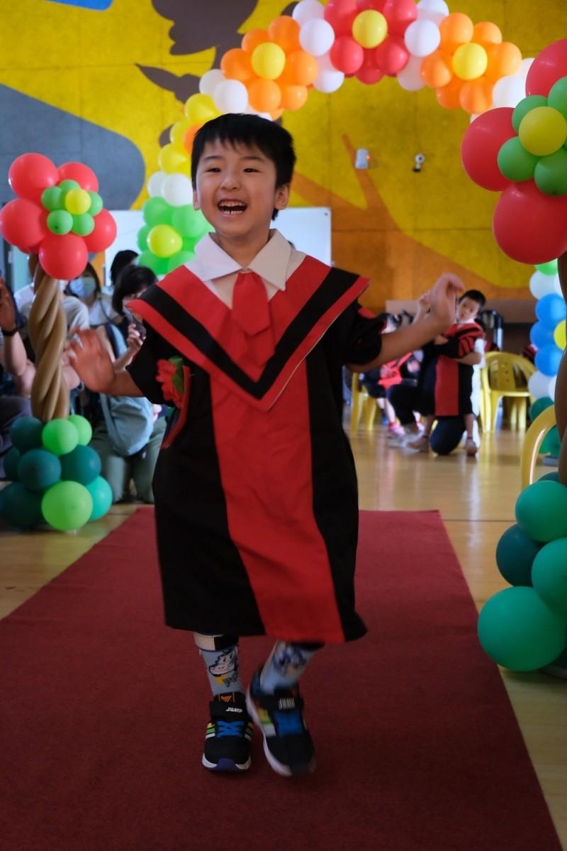 博博在畢典中自己走進場,開心接受大家的祝福。(記者蔡淑媛翻攝)