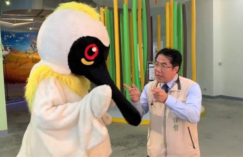 台南市長黃偉哲(右)參與演出,與黑琵哥有趣對話中,宣導萬安演習。(警方提供)