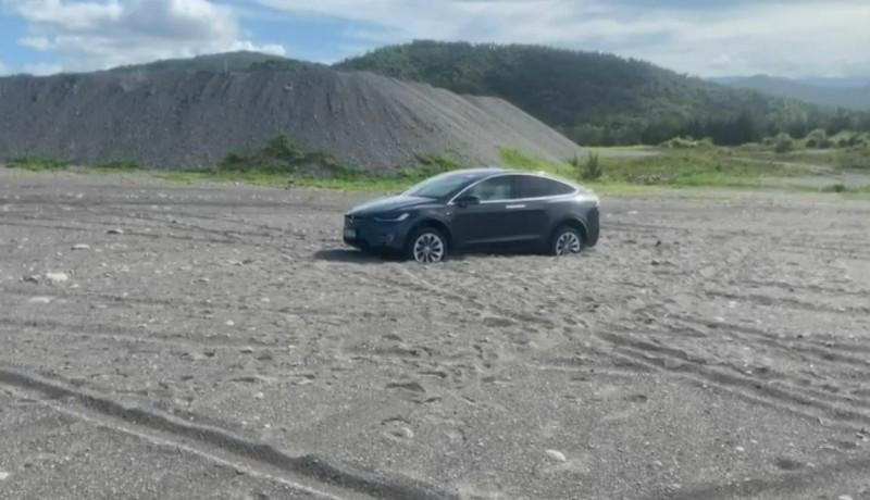 一輛特斯拉今天在台東海邊受困沙灘一個多小時。(記者黃明堂翻攝)