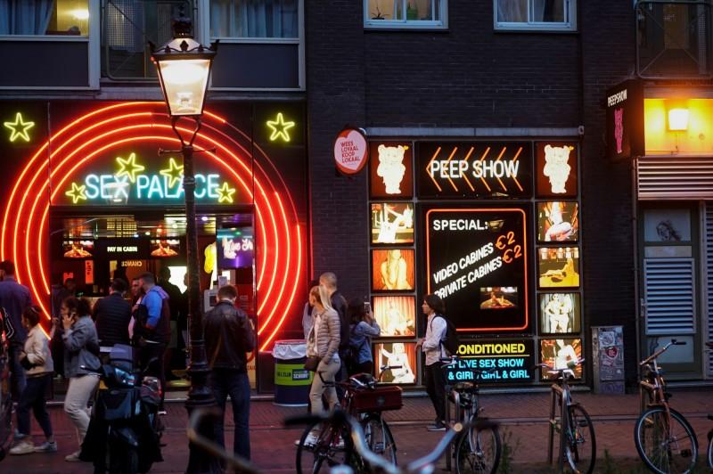 荷蘭阿姆斯特丹的紅燈區1日起重新開放。(法新社)