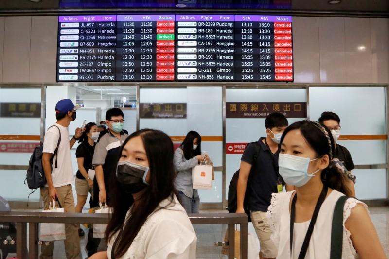 台灣防疫成果豐碩,英國政府將允許台灣出發旅客,入境後免14天隔離檢疫。圖為台北松山機場。(路透)