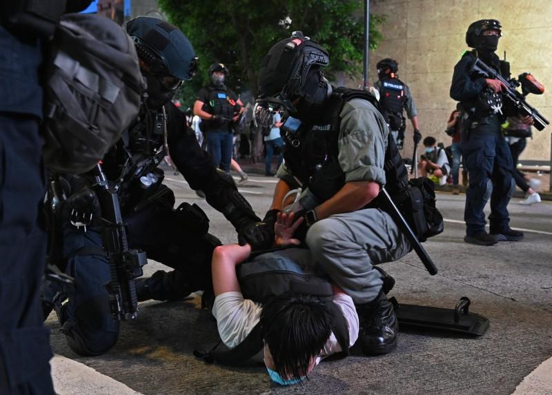 香港警察壓制示威民眾。(歐新社資料照)