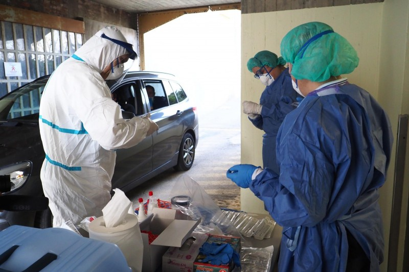澳洲傳出防疫安全人員與在飯店隔離的旅客啪啪啪,使得武漢肺炎病例增加。澳洲檢疫示意圖。(歐新社)