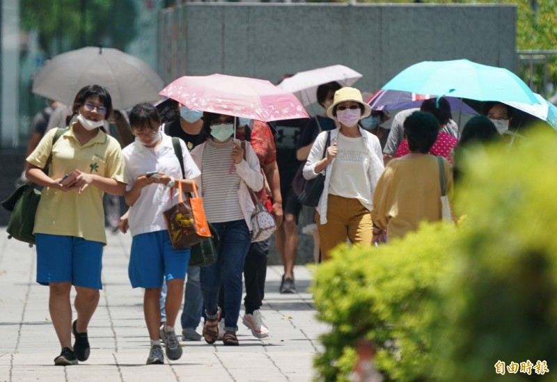 今日各地依舊炎熱,午後則需慎防雷陣雨。(資料照)