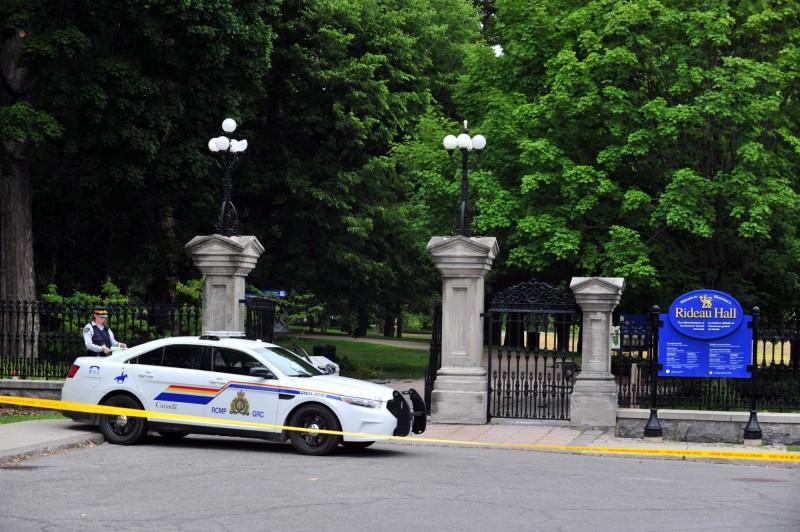 加拿大軍人駕駛車輛闖入總督官邸麗都廳(Rideau Hall),持大量槍械要找總理杜魯道談話。(法新社)