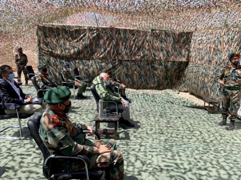 印度總理莫迪(Narendra Modi)今(3日)前往拉達克尼姆(Nimu)的軍事基地巡視邊境部隊。(路透)