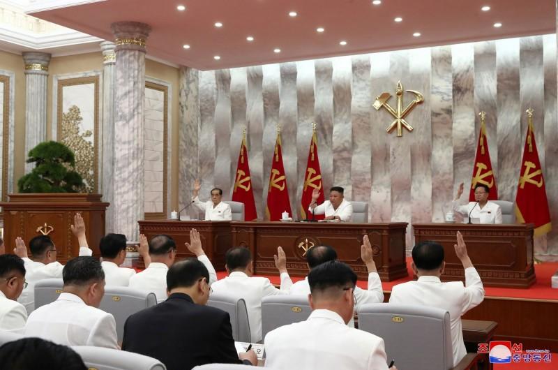 北韓與會官員都沒有配戴口罩。(路透)