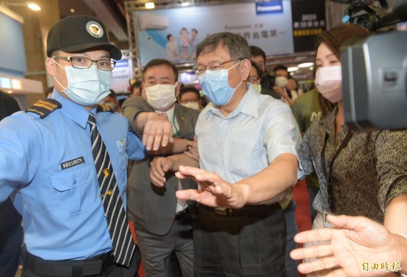台北市長柯文哲今參觀台北電器空調3C影音大展攤位,媒體一湧而上提問,引發一陣混亂。(記者張嘉明攝)