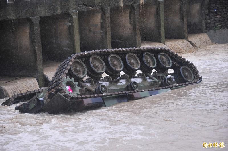 2016年8月16日漢光三十二號演習預演,屏東陸軍564旅一輛CM-11戰車返回部隊時墜入網紗溪,造成3死1重傷。(資料照)