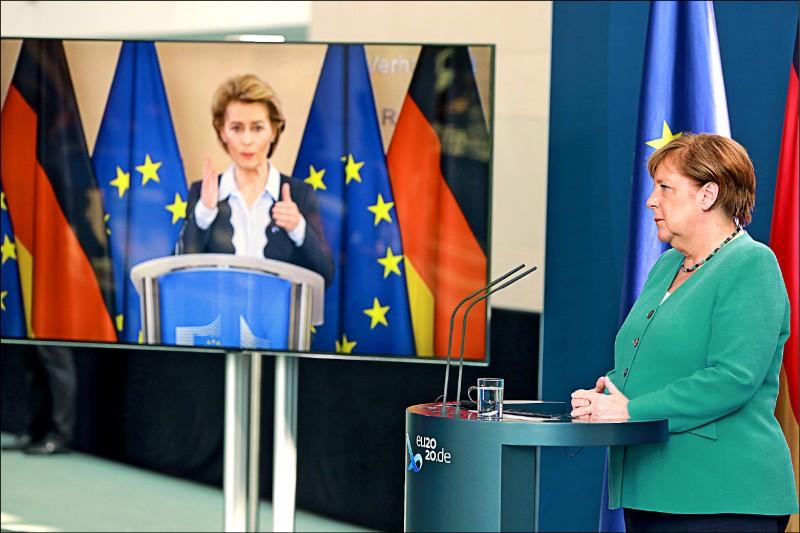 德國總理梅克爾一日接任歐盟輪值主席,二日在柏林舉行記者會,與歐盟執委會主席馮德萊恩視訊連線。(歐新社)