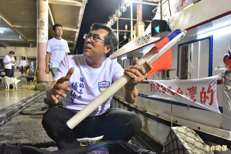 保釣團體準備拋繩槍,準備將國旗打上釣魚台。(記者張議晨攝)