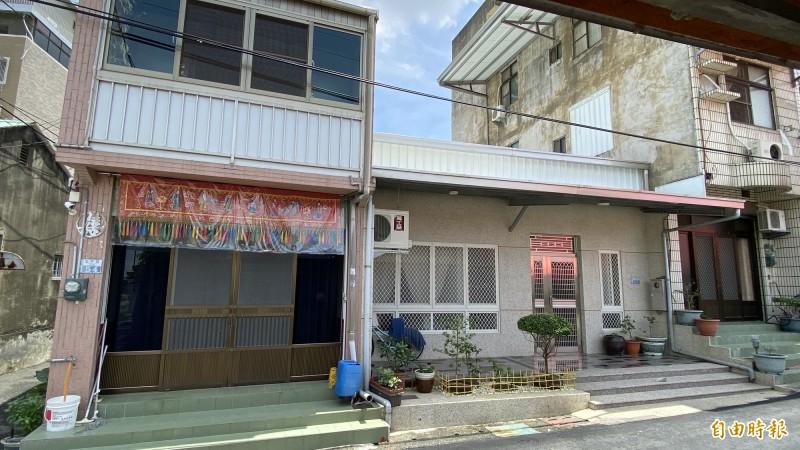 行凶的陳建松住處(左)和被害人陳姓夫婦的房子(右)比鄰而居,中間平房也是陳嫌的。(記者楊金城攝)