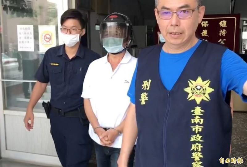 凶嫌陳建松(中)到案,警方依殺人罪嫌偵辦。(記者楊金城攝)