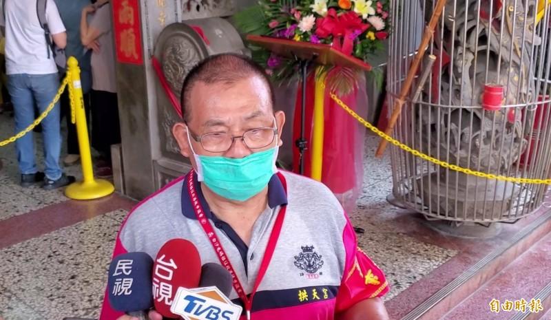 拱天宮總幹事陳春發呼籲信眾進香途中戴上口罩。(記者蔡政珉攝)
