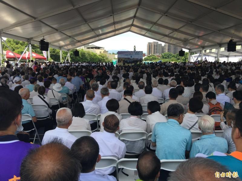 桃園市長鄭文燦母親鄭邱碧回辭世,家屬今天在八德舉行告別式,由於人數眾多,現場還搭起大電視直播。(記者謝武雄攝)