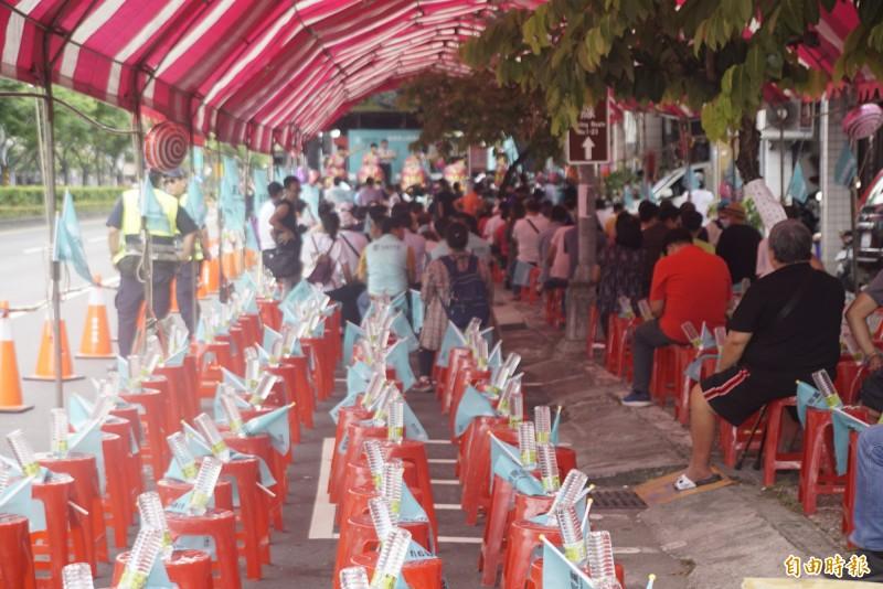 台灣民眾黨在高雄鳳山成立民眾服務處,僅百餘位支持者到場聲援。(記者黃佳琳攝)