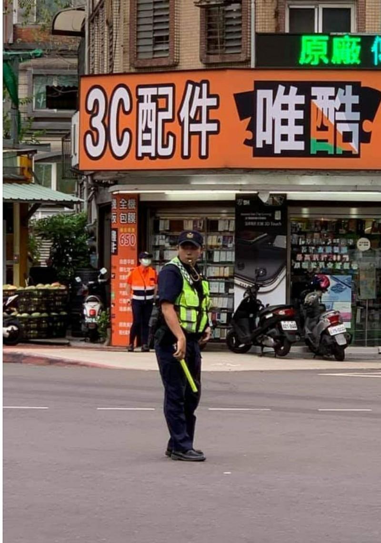 警員傅子桀走動式指揮交通,大獲民眾好評。(圖擷取自臉書)