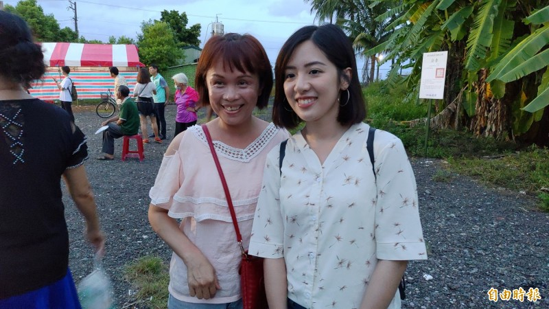 學姊黃瀞瑩未登台,在台下吸引粉絲合照。(記者陳彥廷攝)