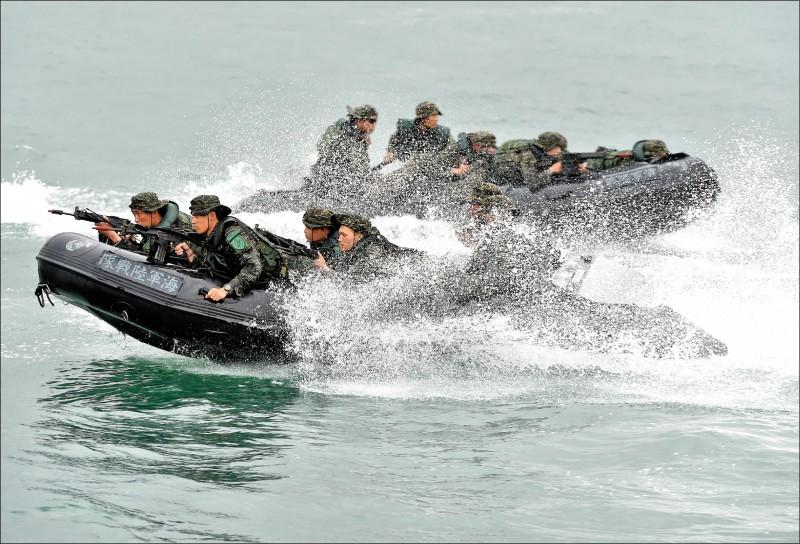 海軍陸戰隊九九旅昨在高雄左營桃子園外海,進行搶灘登陸訓練,疑因海象突然變化,導致一艘特戰突擊膠艇翻覆,七名士兵落海,三人命危。圖為海陸膠艇資料照。