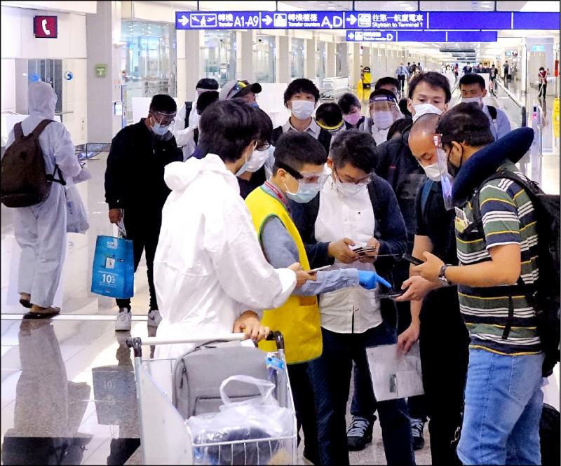 中央流行疫情指揮中心宣布,今天起,持台灣居留證的外籍人士,入境台灣不用再檢附武漢肺炎陰性檢驗證明。(資料照)