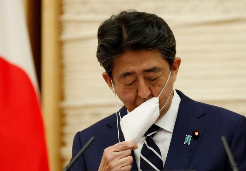 日本首相安倍晉三先前發放的布口罩在日本國內不受歡迎。(法新社)