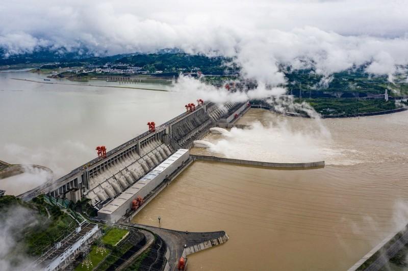 中國近日受暴雨影響,長江流域成災。相關單位稍早經研議,決定將防禦工事由四級再提升為三級。(法新社檔案照)
