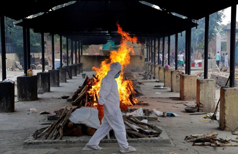 武漢肺炎疫情籠罩下的印度,發生一起人倫悲劇,一對夫妻因無法承受愛子染疫病逝的傷痛走上絕路。(路透)