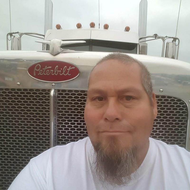 美國51歲男子湯瑪斯(Thomas Macias)上個月參加了一場烤肉派對,隨後確診。(擷取自臉書)