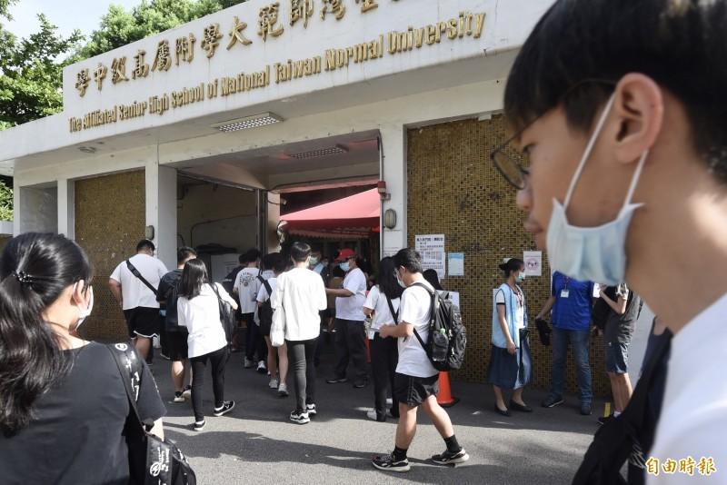 109學年大學指定科目考試4日進行第二天考試。(記者簡榮豐攝)