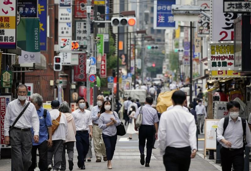 日本東京今日再增131人確診,除了是連續第3天確診破百例外,更是緊急狀態解除以後的新高。(法新社)