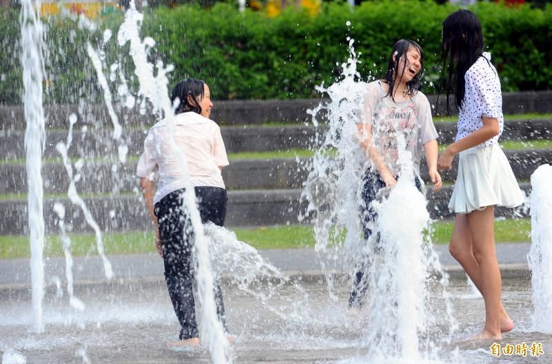 週末假期各地高溫炎熱,外出民眾務必做好防曬、防中暑準備。(資料照)