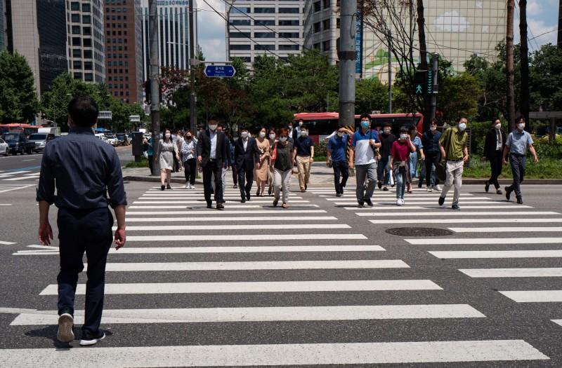 南韓3日單日新增確診病例共63例,過半數屬社區感染。圖為首爾街景。(歐新社)