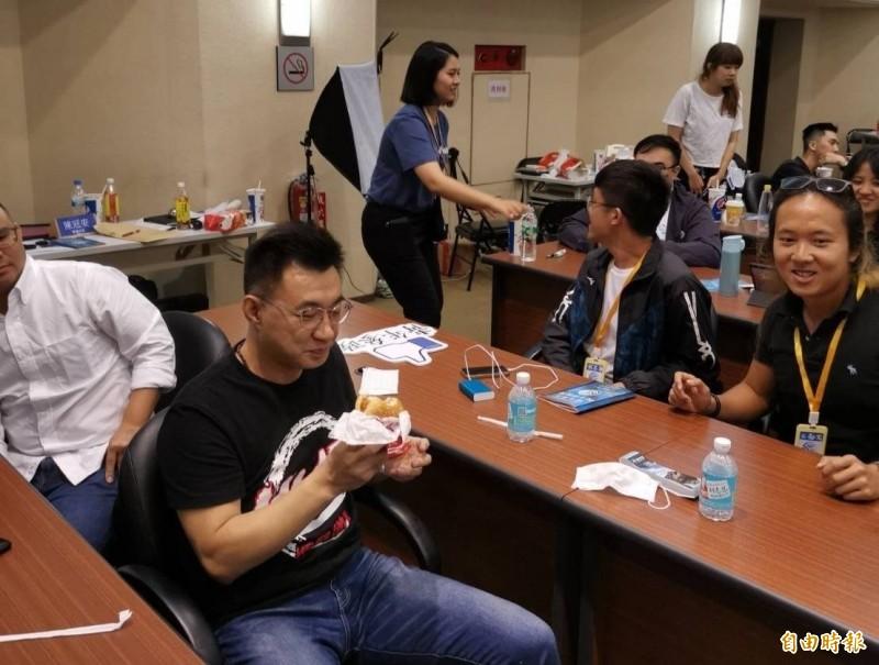 對於柯文哲狠酸國民黨高雄市長補選參選人李眉蓁,江啟臣(左)今晚回應,李眉蓁一定比民進黨的候選人陳其邁更強、更在地、更年輕。(記者施曉光攝)