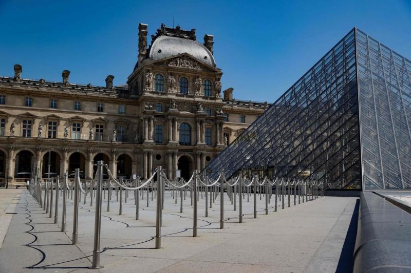 法國巴黎羅浮宮將在6日重新開館,但參觀的民眾仍須遵守武漢肺炎防疫限制措施。(法新社)