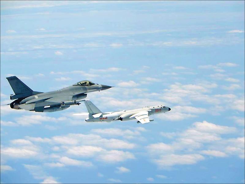 中共軍機昨再度侵擾台灣西南空域,空軍證實,共機昨天上午短暫進入台灣防空識別區(ADIZ),遭我方廣播驅離。圖為我空軍F-16戰機驅共軍轟六轟炸機檔案照。(資料照)