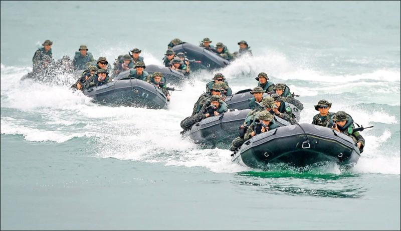 海軍陸戰隊政戰主任昨表示,膠艇士兵都有受過武裝求助、翻覆艇等自救訓練。圖為去年海軍陸戰隊突擊艇操演。(資料照)