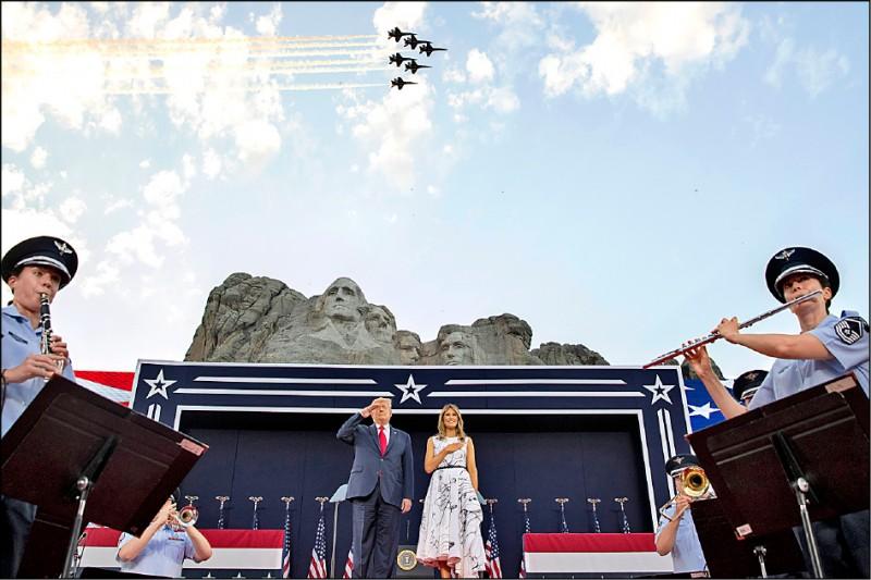美國總統川普與第一夫人梅蘭妮亞三日出席在南達科他州知名地標「總統山」山腳下舉行的美國國慶活動。(美聯社)