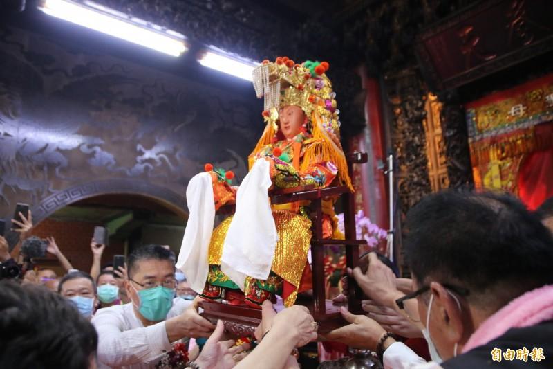 白沙屯媽祖聖像在內政部長徐國勇等人簇擁下上轎。(記者鄭名翔攝)