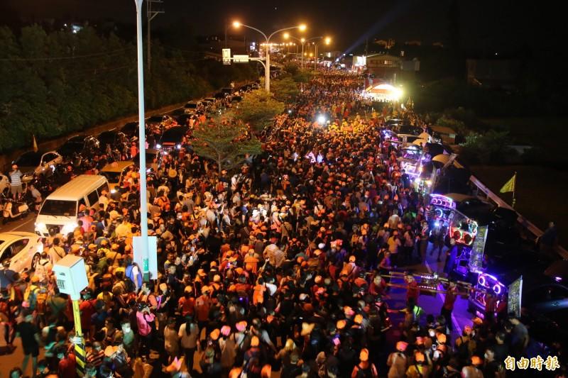 滿滿香燈腳沿著台1線,跟隨媽祖腳步南下北港進香。(記者鄭名翔攝)