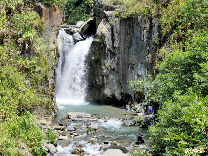 仁愛鄉南豐村南山溪上游溪谷落差形成的夢谷瀑布,吸引遊客慕名前往。(記者佟振國攝)