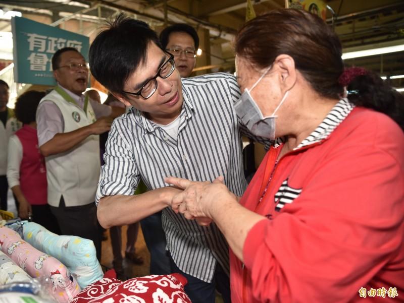 民進黨高雄市長補選參選人陳其邁(右)今天上午赴路竹菜市場掃街拜票,與採買民眾握手問好。(記者蘇福男攝)