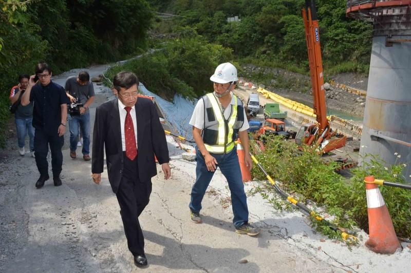 正值防汛期,楊明州(中)前往桃源區視察,瞭解建國橋施工狀況。(記者葛祐豪翻攝)