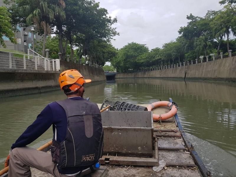 環保局人員來回巡撈,守護幸福川水域環境。(記者葛祐豪翻攝)