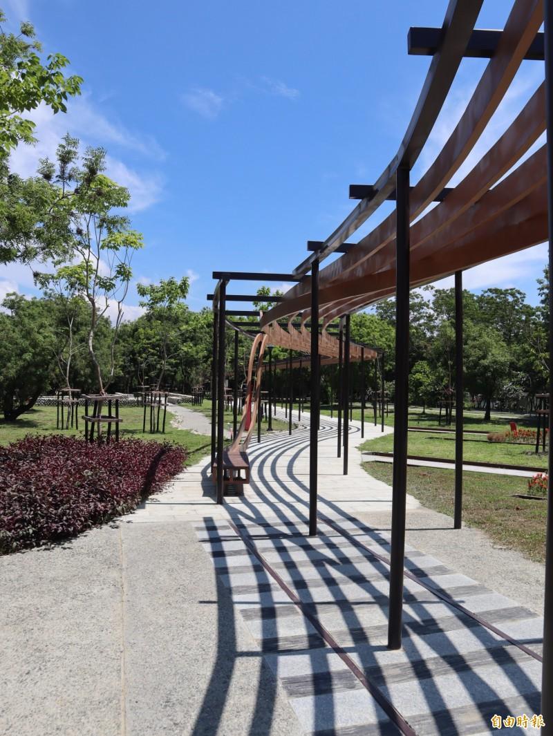 東勢客家文化園區周邊環境營造提升計畫工程完工,花架投影有如鐵軌,營造舊山城車站意象。(記者歐素美攝)