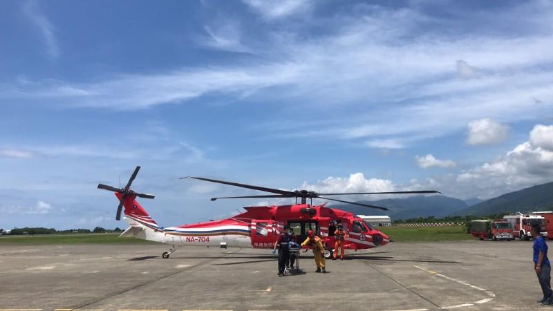 黑鷹直升機到嘉明妹池執行救護任務(記者黃明堂翻攝)